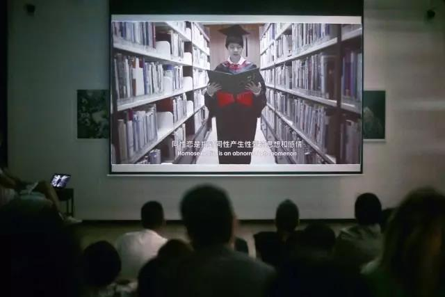 audience watching qiubai in library